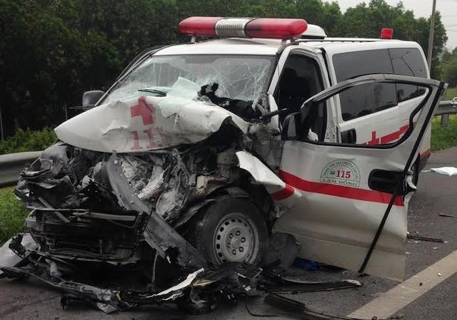 Chiếc xe cứu thương nát bét đầu sau tai nạn.