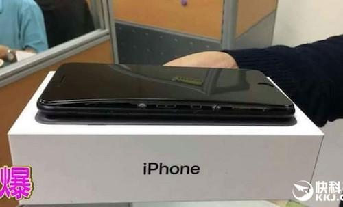 Hình ảnh chiếc iPhone 7 Plus bị phồng pin làm kênh màn hình.