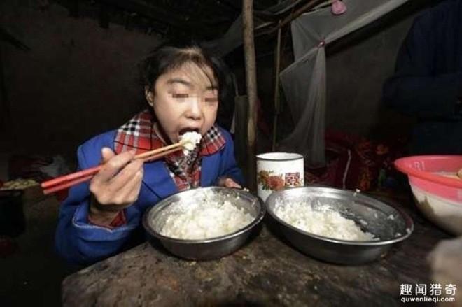 Cô bé không có cha mẹ, 10 năm trước, một người đàn ông độc thân tại ngôi làng nhỏ ven thành phố Trùng Khánh nhặt được bé đem về nuôi. Mỗi ngày bé ăn 8 bữa, cứ hai ngày lại ăn hết 5 kg gạo.