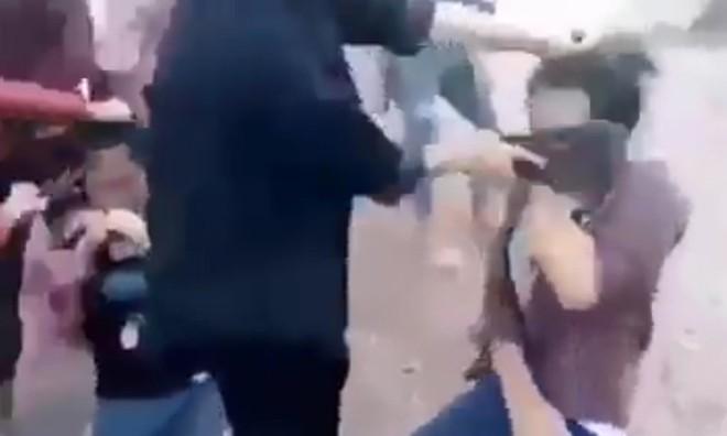 Sốc với hình ảnh nữ sinh cầm dép tát vào mặt bạn bồm bộp
