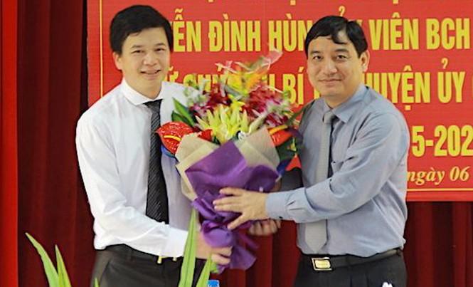 Ông Nguyễn Đắc Vinh trao quyết định bổ nhiệm Bí thư huyện ủy Con Cuông cho ông Nguyễn Đình Hùng.