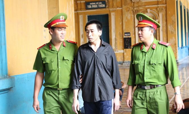 Hình xăm con rồng ở thắt lưng đã tố cáo Nguyễn Chí Cường là 'quỷ râu xanh'. Ảnh: Tân Châu.