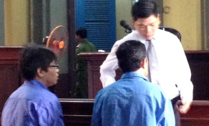 Hai bị cáo Nguyễn Giang Lam; Trần Phước Thạnh tại phiên tòa sáng 6/10. Ảnh: Tân Châu.