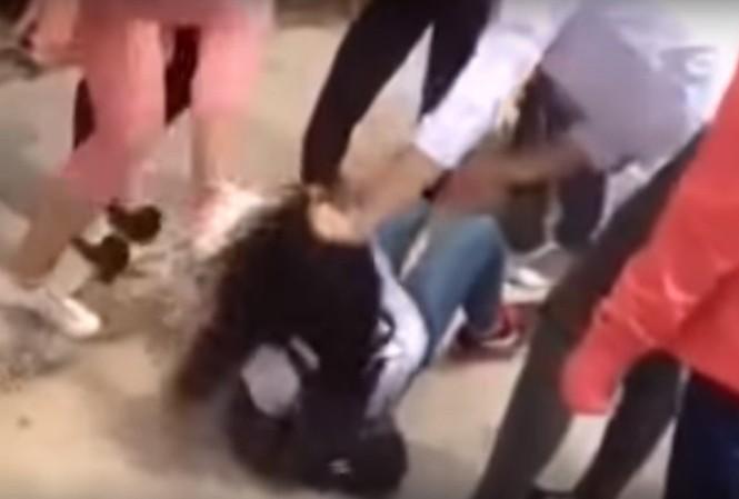 Hình ảnh nhóm thiếu nữ túm tóc, đạp vào mặt nữ sinh Trường THPT Tây Thụy Anh. Ảnh cắt từ clip.