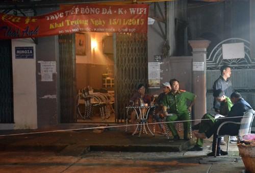 Cảnh sát phong tòa hiện trường vụ án mạng ở quán cà phê để điều tra. Ảnh: Sơn Hòa.