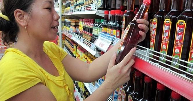 Nước mắm công nghiệp được bày bán tại siêu thị. Ảnh: Thanh Niên.