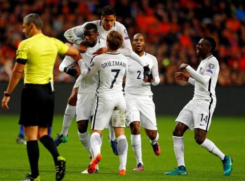 Đồng đội chia vui cùng Pogba sau bàn mở tỷ số đẹp mắt. Ảnh: Reuters.