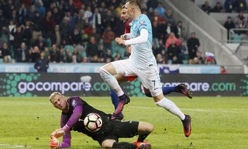 Pha cứu thua xuất sắc của Hart trước tình huống băng xuống của Ilicic. Ảnh: Reuters.