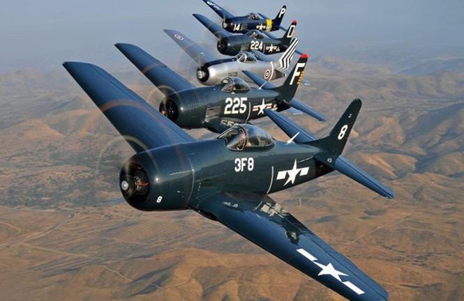 Đội hình máy bay tiêm kích một động cơ Bearcat. Đây là loại máy bay quân sự cổ xuất kích từ tàu sân bay, trong lực lượng hải quân Mỹ trước đây.
