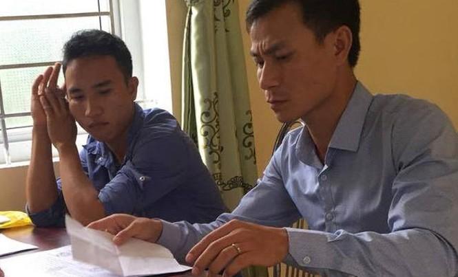 Nguyễn Hồng Quân (áo tím) tại Công an huyện Can Lộc.