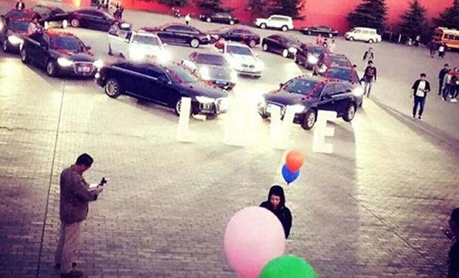 Chàng trai xếp 16 chiếc siêu xe thành hình trái tim giữa sân trường để cầu hôn. Ảnh: Ifeng.