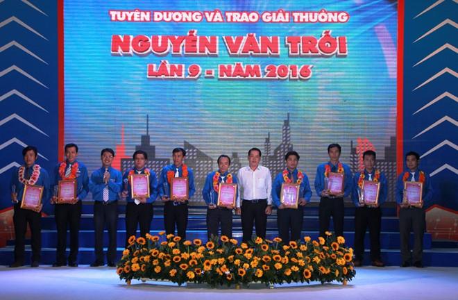 Ban thường vụ Thành Đoàn trao giải thưởng Nguyễn Văn Trỗi cho 36 gương thanh niên công nhân tiêu biểu của thành phố năm 2016.