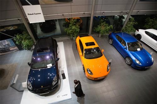 Một khách hàng tại đại lý Porsche ở Moscow năm 2014. Doanh số xe giảm đáng kể tại Nga, nhưng người giàu vẫn đủ tiền để tậu xe sang nhập từ châu Âu. Ảnh: Bloomberg.