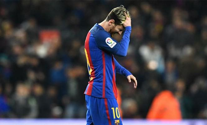 Messi ôm đầu sau khi bỏ lỡ cơ hội ghi bàn. Ảnh: Reuters.