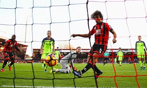 Ake (số 5) đệm bóng tung lưới Liverpool, ấn định thắng lợi 4-3 cho Bournemouth. Ảnh: AFP.