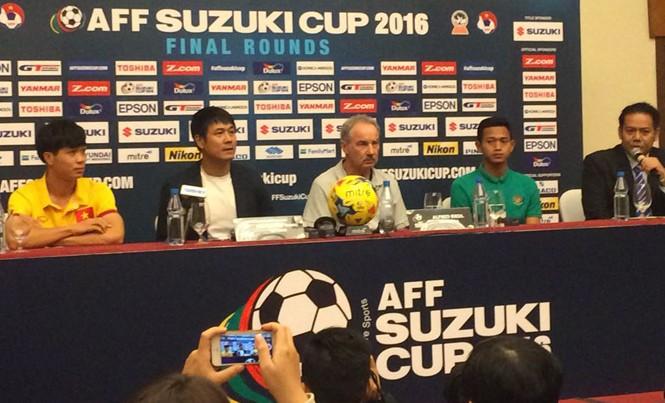 HLV Nguyễn Hữu Thắng trong buổi họp báo trước trận đấu.