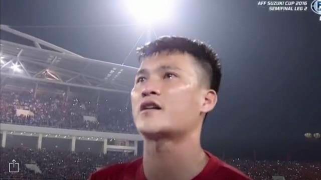 Hình ảnh Công Vinh khóc vì xúc động trong nghi lễ hát Quốc ca trước khi bước vào trận đấu với Indonesia. Ảnh: cắt từ màn hình.