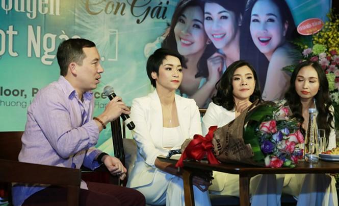 Nhạc sĩ Quốc Bình ngồi bên vợ trong buổi họp báo.