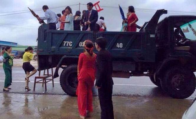 Màn rước dâu độc đáo bằng xe ben ở Bình Định trong ngày lũ được mọi người quan tâm.