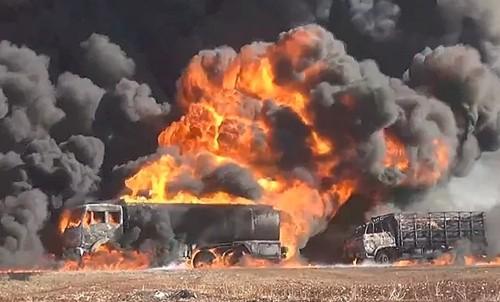Xe tải chở dầu của Nhà nước Hồi giáo bị phá hủy sau một đợt không kích ở Syria. Ảnh: YouTube/RFS Media Office.
