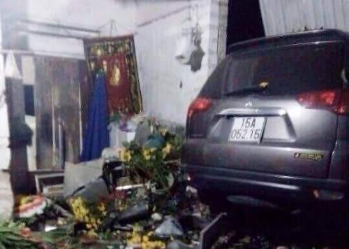 Chiếc ôtô sau khi đâm chết 2 thanh niên, tiếp tục lao thẳng vào nhà dân. Ảnh: CTV.
