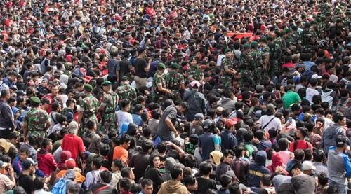 Người hâm mộ Indonesia xếp hàng khá trật tự.