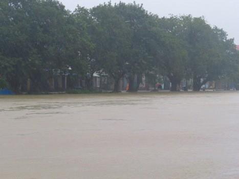 Mưa lớn kéo dài, nước sông chảy xiết rất nguy hiểm. Ảnh: Võ Thạnh.