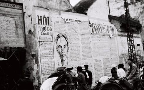 Khu vực phố Hàng Đào, Cầu Gỗ (Hà Nội) năm 1946. Ảnh: Bảo tàng Lịch sử quân sự Việt Nam.