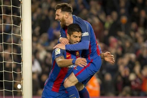 Messi chia vui sau bàn nâng tỷ số lên 2-0 của Suarez trong trận thắng Espanyol. Ảnh: Reuters.