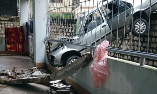Ôtô ghim chặt đầu vào hàng rào ký túc xá đại học Khánh Hòa. Ảnh: An Phước.
