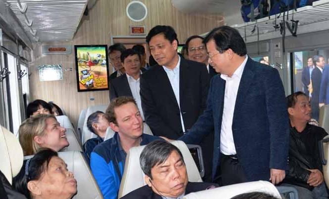Phó Thủ tướng Chính phủ Trịnh Đình Dũng thị sát tàu khách xuất phát tại ga Hà Nội. Ảnh: Bảo An.