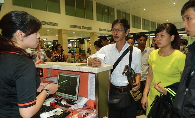 Hành khách làm thủ tục tại sân bay Tân Sơn Nhất.