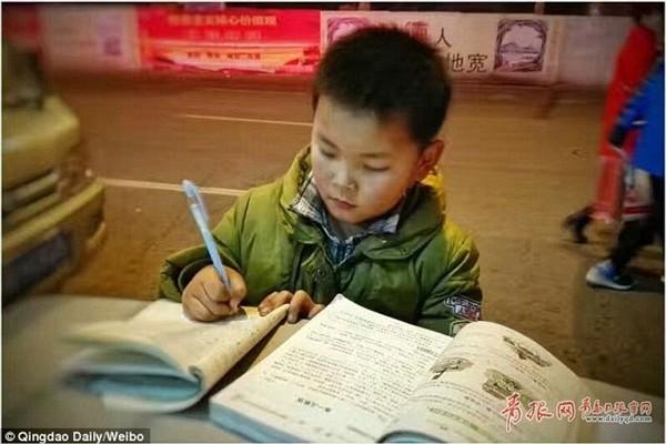 Dân mạng thổn thức với cậu bé học bài trên nắp thùng rác