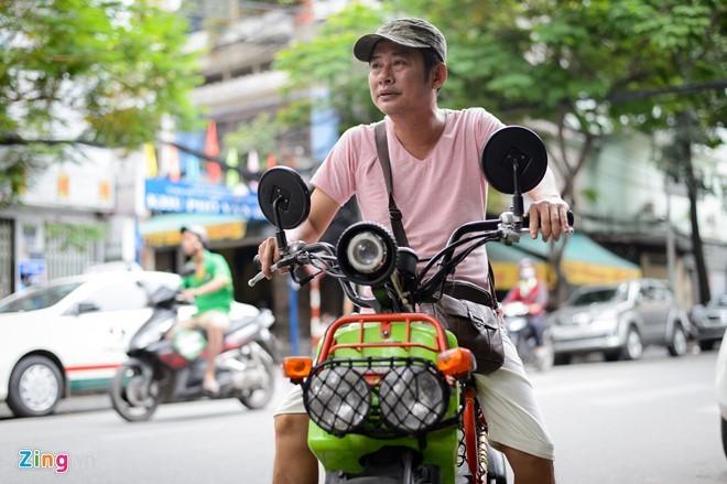 Tấn Beo sống bình dị, thân thiện nên người bán vé số cũng thân thiết với anh. Ảnh: Nguyễn Bá Ngọc.