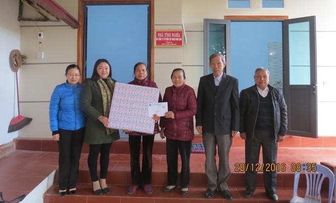 Các đại biểu trao quà cho hộ gia đình cựu Thanh niên xung phong.