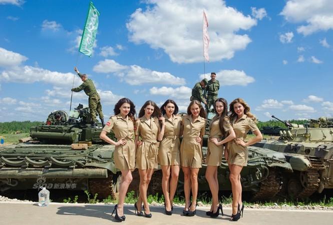 Những người mẫu xinh đẹp nóng bỏng và những cỗ xe tăng hầm hố luôn có sức lôi cuốn cực mạnh với cánh đàn ông. Nguồn ảnh: Sina.