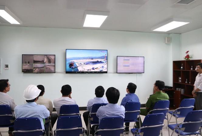 Người dân cùng tham gia giám sát công tác bảo vệ môi trường ở nhà máy nhiệt điện Vĩnh Tân.