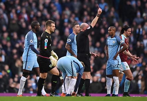 Fernandinho (áo xanh, phải) đẩy Man City vào thế khó khăn, phải gồng mình trong phần lớn thời gian. Ảnh: Reuters.