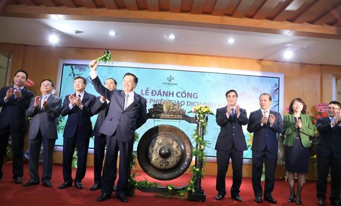 Bộ trưởng Tài chính Đinh Tiến Dũng đánh cồng khai trương phiên giao dịch đầu năm 2017 TTCK. Ảnh: Duy Thái.