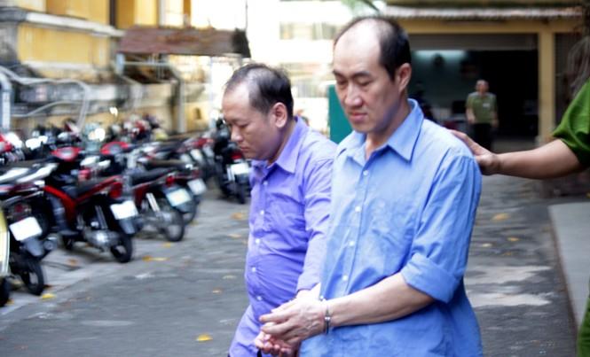 Giám đốc Cty An Huy Nguyễn (phải) và Huỳnh Thanh Vũ tại phiên tòa sáng 3/1. Ảnh: Tân Châu.