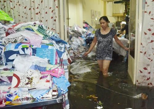Nước lên bất ngờ khiến nhiều tài sản của người dân chìm trong nước. Ảnh: Sơn Hòa.
