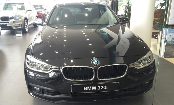 Xe BMW trưng bày trong showroom của Euro Auto.