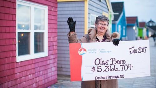 Bà Olga Beno và giải thưởng 5,3 triệu CAD. Ảnh: Atlantic Lottery.