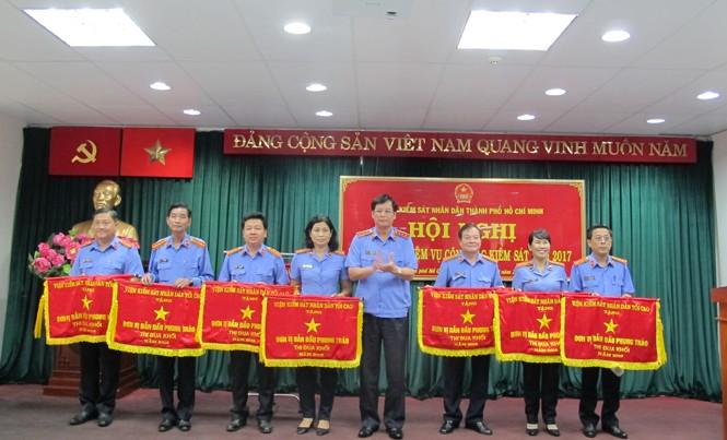 Ngành kiểm sát TP.HCM vinh dự đón nhận cờ thi đua toàn ngành sáng nay 6/1. Ảnh: Tân Châu.