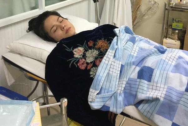 Nhật Kim Anh vừa kết thúc chuyến lưu diễn ở Mỹ. Trên chuyến bay về nước, nữ ca sĩ bất ngờ bị tụt huyết áp, khó thở, lên cơn sốt, co giật đến ngất xỉu khiến hành khách và phi hành đoàn hốt hoảng.