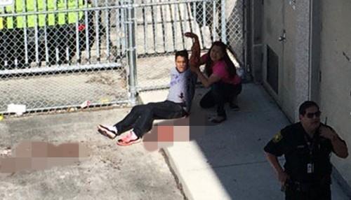 Một người đàn ông đang được hỗ trợ trong vụ xả súng sân bay hôm 6/1. Ảnh: Reuters.
