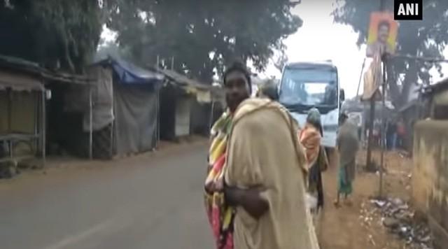 Người cha vác thi thể con đi bộ hơn 10km từ viện về nhà. Ảnh: RT.