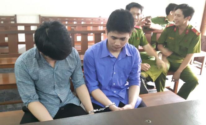 Hai anh em Công và Bảo tại phiên tòa ngày 10/1. Ảnh: Tân Châu.