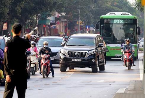Nhiều phương tiện cá nhân thường xuyên lấn làn xe buýt nhanh. Ảnh: Bá Đô.
