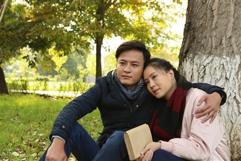 """rong """"Matxcơva - Mùa thay lá """", Minh (Hồng Đăng đóng) và Phương (Hồng Diễm) từng là tình đầu của nhau."""